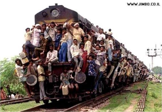 Solo en India!!! (¿Será la Estación Balderas de allá?)